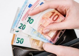 Kde sa oplatí požičať peniaze